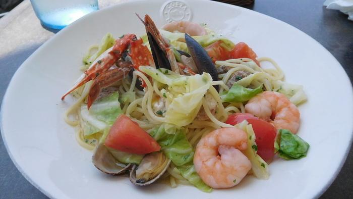 『魚介と野菜のパスタ』。午後2時からのカフェタイムには、『佐島グリルビーフバーガー』も登場します。