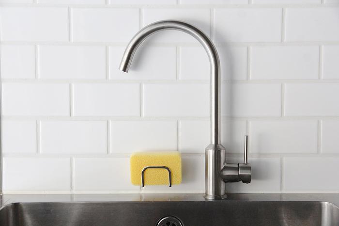 コンパクトサイズで、シンクやタイルにしっかり付いて取り付けも簡単。亀の子スポンジとセットで購入すれば、シンクまわりがすっきりとして、洗い物がはかどりそう。