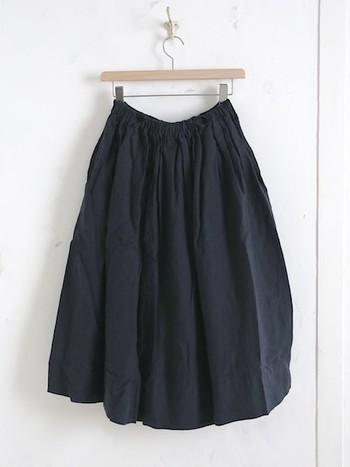 裾にかけて緩やかに広がる、女性らしいシルエットが美しいスカートです。軽やかなリネンの風合いで優しい雰囲気のたたずまいに。コットンの裏地も付いているので、透け感を気にせず着用できます。