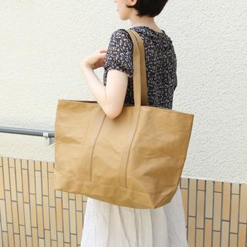 岡山県倉敷市で伝統を守り続ける「倉敷帆布」から、新しいカルチャー発信ブランドとして生まれたブランドが「6SHiKi」。倉敷帆布は使い始めると、1週間くらいで柔らかく体に馴染むようになり、長く愛用したくなるトートバッグへと育てる楽しみも味わえます。  こちらは大容量のマルシェバッグ。軽くて丈夫なので重い荷物を持ち運ぶときにも便利◎。さらに、薄めの生地で折り畳めるので、荷物が増えそうなお出かけにもぴったりです。