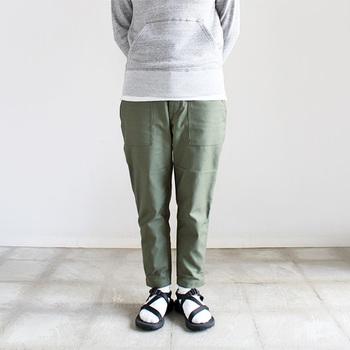 ほどよい厚さのコットン地でできた、テーパードパンツ。春だけでなく、オールシーズン着まわせる生地感です。裾に向かって細くなる9分丈で、すっきりとしたシルエットなのも使いやすいですね。