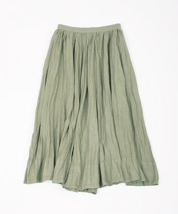 たっぷりギャザーのシルエットを活かすため、薄手の平織りリネンを採用したスカートです。使い込むことで風合い&肌なじみが良くなるので、大切に長く着続けたい一着です。
