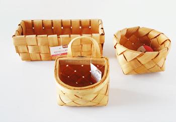 セリアの「水杉バスケット」は、明るくナチュラルな色合いの大人気商品です。このままでも十分素敵ですが、ひと手間加えてもっとお家に馴染むカラーにしてみましょう!