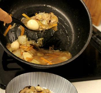 柔らかいシリコン製なので、こんな風にとろみのある八方菜もフライパンから残さずきれいによそうことができます。炒めたり、すくったり…一本で何役もこなしてくれる優れものです。