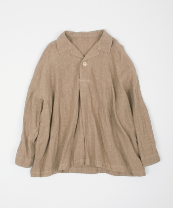 細めのリネン糸を高密度に織り上げたスキッパーシャツ。上質でとても柔らかく、繰り返し着るたびに身体に馴染んでいきます。