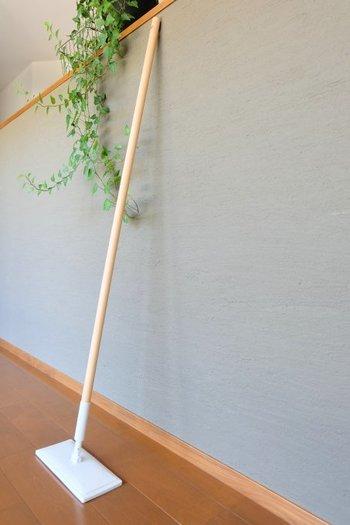 「木製ポール」は長いサイズとショートサイズがあります。ナチュラルな素材は手に馴染んで使いやすく、お部屋に置いておいても違和感がありません。
