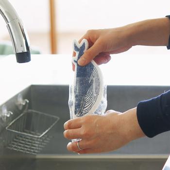 セルロースの特徴は吸水力が抜群なので乾きが早いので雑菌が繁殖しにくいだけでなく、油や熱に強いので、キッチンアイテムとして最適。さらにデザイン性も優れており、キッチンが明るくなりそう。