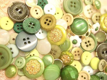 ボタンなどの手芸素材を組み合わせるのも方法の一つです。立体感が生まれてアクセントにもなりますよ。貼る紙の色合いやデザインに合わせて、使う手芸素材をセレクトするのも楽しいですね。さらに小箱の魅力をを引き立てるぴったりのアイテムを選んでみてください!
