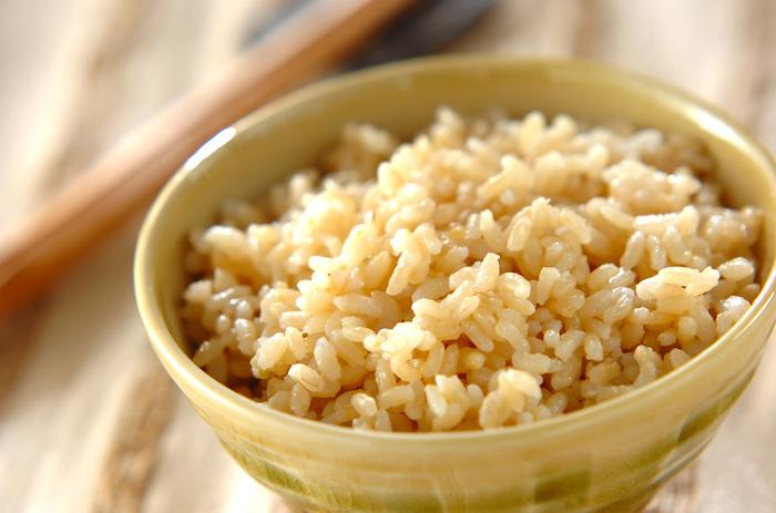 玄米は、白米に比べて食物繊維が5倍も多く含まれていると言われています。そのまま炊いて食べる他にも、小豆、塩とともに炊いた玄米を、3~5日間寝かせてからいただく「酵素玄米」や玄米を発芽させた「発芽玄米」など調理法を工夫することで、さまざまな栄養価が高まるそうです。