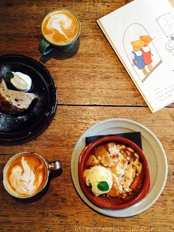 店内には至る所に本棚があり、セレクトは荻窪の新刊書店「Title」さんが手がけています。美味しいコーヒーやスイーツを頂きながら、自由に席で読むことができます。