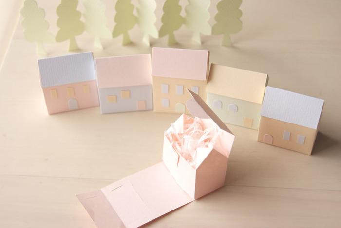 こちらは最初に展開図に添って厚紙を切れば、そのままフタまで組み立てられるおうちデザインの小箱の作り方です。小さな小物やおすそ分けのお菓子をプレゼントしたい時のラッピングにもおすすめ♪窓やドアなどもデコレーションしてオリジナリティーを出しましょう。