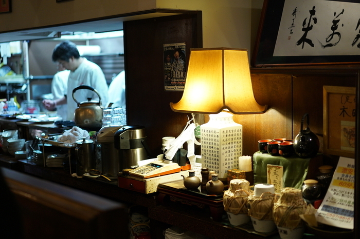 「中国菜室 壱番」は、地元熱海で30年以上愛される中華の名店。地元に限らず、市外の常連客も多く通い詰める人気店です。【戦前の上海をイメージしたという落ち着いた雰囲気の店内】