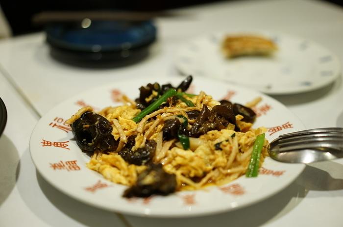 """その中でも、特に秀逸なのが、戦前戦後に発展した""""洋食""""と""""中華""""、""""喫茶""""の3ジャンル。そして、温泉地ならではの""""温泉まんじゅう""""を始めとする土産菓子や洋菓子です。【「中国菜室 壱番」の『木須肉(木耳と玉子の炒めもの)』】"""