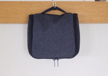 小物類はバッグインバッグに入れて、一カ所にまとめておきましょう。無印良品の「吊るして使える洗面所ケース」は、しっかりした生地でフックに吊るすことも可能な便利アイテム。旅先の洗面所がビショビショだったり、清潔でないときも置かずに使えるので安心です。