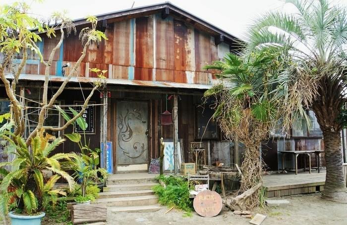 一般道(よこすか海岸通り)から走水海岸へ向かう漁村というロケーションに、2003年にオープンしました。漁師小屋をリノベーションしたカフェ・レストランとして、シャビーな風情が趣深いお店です。オーナーは漁師さん、サーファーでもあります。