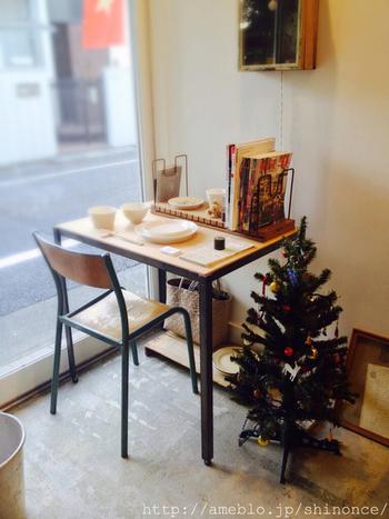 店内で使われている食器は、益子焼の陶芸作家・石川若彦さんによるもの。こちらで購入することもできますのでお土産やプレゼントにもいいですね。