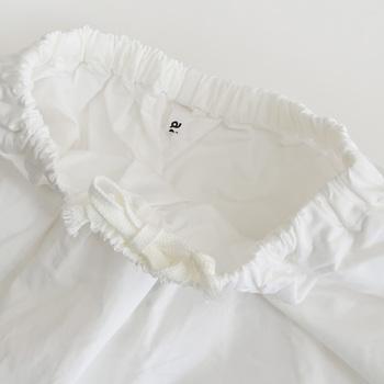 素材は綿80%・麻20%で、ウエスト部分は総ゴムでつくられています。ホワイトカラーの少し透け感のあるやわらかな風合いの一品です。
