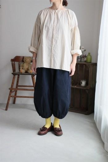 綿100%の薄手の素材で作られたローンブラウス。身幅や肩落ち部分など、ゆったりとしたシルエットの着やすいサイズ感です。草木染のナチュラルな色味なので、暗めの色とあわせても相性が良いです。