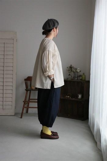 横から見ると、袖部分などはギャザーで寄せられており、上品さのあるデザインです。春のおでかけなどで、1枚でサラッと着たくなるおすすめの一品です。