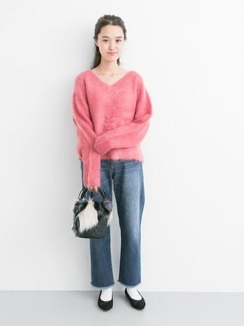柔らかい優しいピンク色のセーターは、女性らしさ満点♪ライトカラーのデニムパンツを選べば、季節感もアップします。