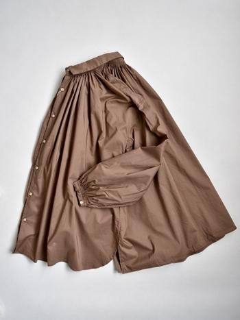 明るめブラウンでデザイン性の高いアンティークブラウス。襟元や袖口のダブルステッチ、寄せられたギャザー部分から広がる、ゆったりとしたデザインが特徴的な一枚です。