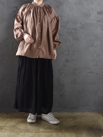明るめのブラウンカラーなので、ブラックやホワイトカラーとも相性がいいです。春にさらりと一枚でも着れますが、夏には羽織りしたり、冬にはインナーにしたりと通年通して使えるアイテムです。