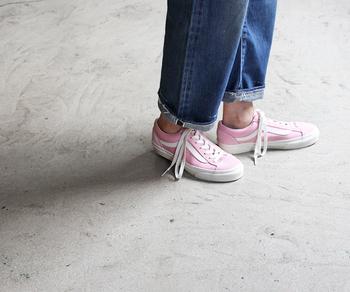 こちらはピンクのスニーカー。ブルーデニムとのバランスが可愛いので、カジュアルな着こなしに是非♪