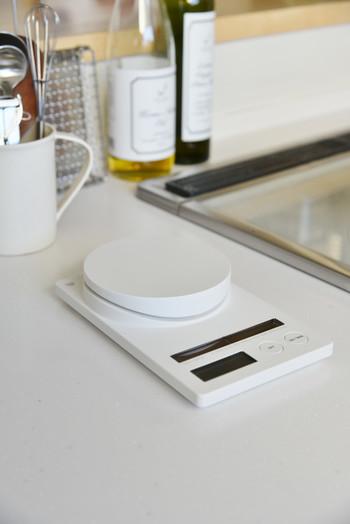 続いてご紹介するのは、「ソーラークッキングスケール」。ソーラー電池とボタン電池のハイブリッドなスケールなんです!明るいところではソーラー電池のみ使用。ボタン電池でも動くので、暗いキッチンでの作業も安心です。