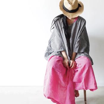 リネン素材のピンクのワイドパンツは、とても新鮮な印象のコーデが作れます。引き締め効果のあるグレーをトップスに合わせれば、メリハリのある着こなしに。