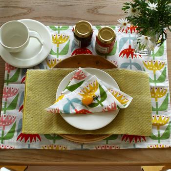 こちらは、北欧ブランド「KLIPPAN(クリッパン)」のチューリップのランチョンマット。色とりどりのチューリップがテーブルに咲きそろいます。たった一枚で春を呼ぶ布。ランチョンマットでイメージ作りをして、あとはシンプルにまとめるのも素敵です。