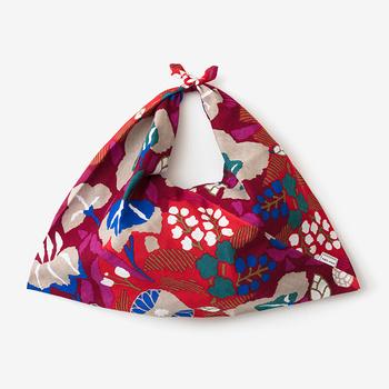 伊勢木綿の手ぬぐいで作られた柔らかくて軽いバッグ。この柄のほかにも、かなり豊富にカラフルなバリエーションが揃っています。