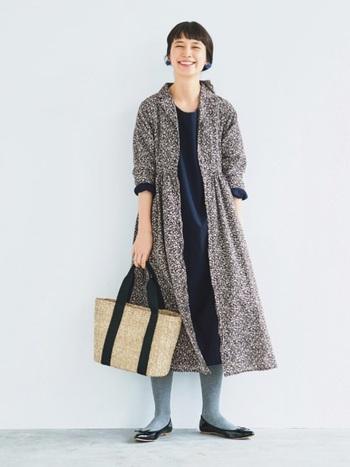 ワンピースとしてだけでなく羽織としても使える2WAY仕様。下にパンツを合わせてもかわいく着られるので、年を重ねても長く使えるアイテムです。これからの季節はカゴバッグとの相性もぴったりで、お出かけが楽しみになりますね。