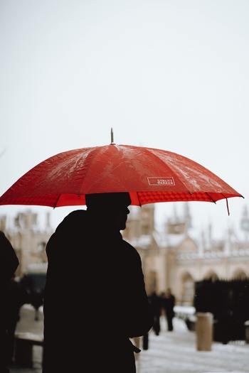 雨の日だったとしても「どしゃ降りで、靴が濡れて台無しだ」と書くのではなく「雨の日は音楽が澄んで聴こえる」「あの人と一緒に歩いた歩道を打つ雨の音が心地よかった」などプラスの面を見つけて書く訓練をしてみましょう。