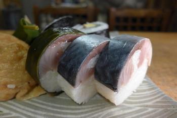 脂がのり、みっしりと厚い身のつまった「鯖寿司」も絶品です。  表面に巻かれた昆布は、外してから食べるのだそう。