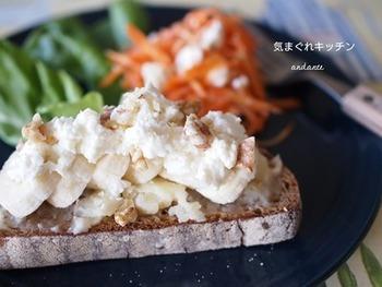 酸味のあるドイツパンの上にハニーバターを塗り、バナナやチーズ、ナッツなどをトッピングするだけの簡単レシピ。甘さと塩気と食感の融合が絶妙。