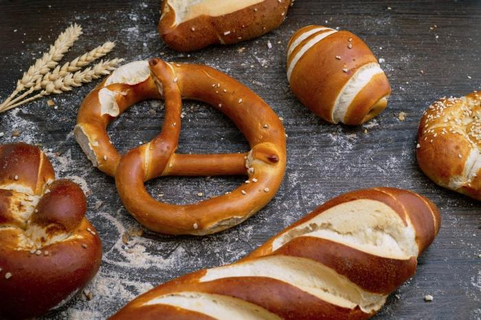 世界的に人気があるドイツの国民パン、プレッツェル。 ビールのおつまみとしても愛されています。表面に散りばめられた粗い岩塩が舌で溶ける、その塩気具合がたまりません。プレッツェルという名前は「腕」という意味のラテン語に由来しているそう。腕を交差させているような独特の形をしています。