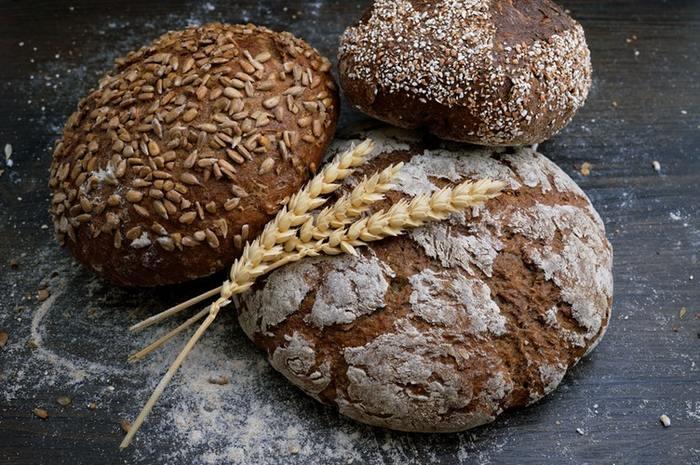 寒冷地であるドイツでは、寒い土地でもよく育つライ麦を中心にパンを作っているのです。一般的に「ドイツパン」と呼ばれているのは、ライ麦の含有量が多い黒パンのこと。ですが、なにせ数が多いドイツパン。小麦を使った白パンも、もちろんあります。ライ麦と小麦の配合具合によって、さまざまな種類に分けられています。