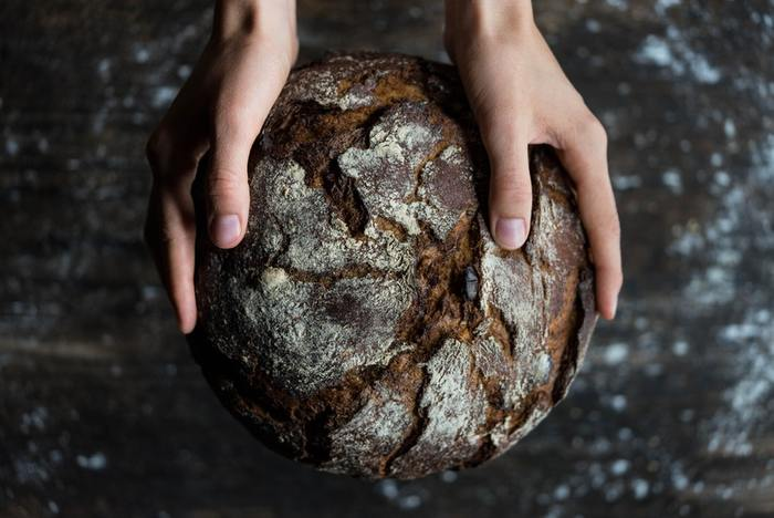 ライ麦はグルテンを含んでいません。パンをふっくら膨らませる役割を果たすグルテンが入っていないために、目が詰まったズッシリとした仕上がりになるのです。密度が高いと硬くなり、噛めば噛むほど味わいが深くなっていきます。