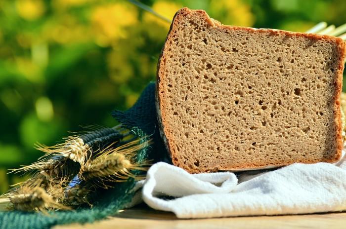 90%以上ライ麦粉を使っているパン。 ずっしり重く、酸味があります。しっとりとしているので、トーストせずそのまま食べるのもおすすめ。薄く切って、野菜やチーズなどをトッピングしてみて。クリームチーズや生クリームも合いますよ。