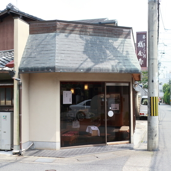 京福線「嵐電嵯峨」駅からすぐのこの「鶴弥寿」は、嵐電の「桜のトンネル」を堪能した後、「嵐電嵯峨」駅で降りてJR「嵯峨嵐山駅」隣接の「トロッコ嵯峨」駅からトロッコ列車に乗る前に、ぜひ寄ってみたいお店です。