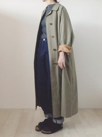 古着で上質なコートを見つけても、サイズがブカブカ…なんてことがありますが、袖をロールアップして、こんな風に着こなしてみるのも素敵ですね。