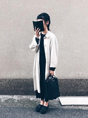 綺麗なベージュと、ブラックの対比が素敵なこちらのコーデ。スカートとコート丈のバランス感も絶妙です。