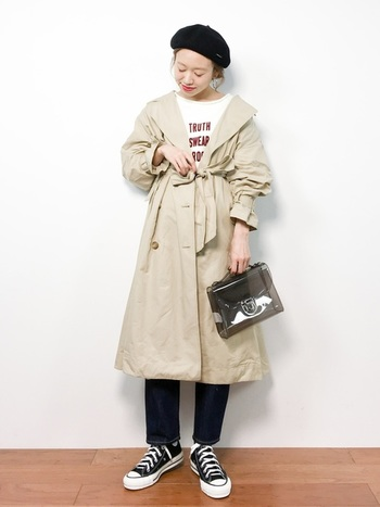 こちらはTシャツのグラフィックや、シースルーのバッグでモード感を。同じパリジェンヌ風でも、ちょっぴりエスプリを感じます。