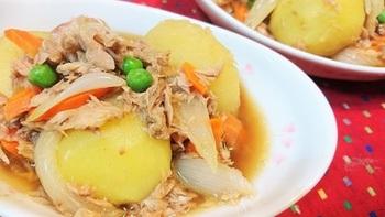 肉じゃがには、ツナ缶を使うのも◎。ツナには脂がのっているので、こっくりとした肉じゃがになりますよ。肉じゃが用のお肉がないときに、簡単に作れる一品です。