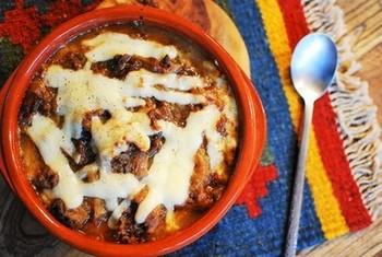 ボリュームのある一品料理を食べたいときにおすすめなのが、肉じゃがグラタン。チーズとマヨネーズをのせて焼くことで、和風から洋風な味付けに変わります。
