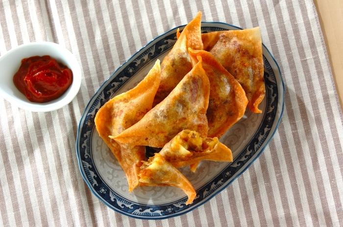インド版春巻き・サモサは、じゃがいもやひき肉、レンズ豆など潰してを香辛料で味付けしたもの。余った肉じゃがをアレンジして作っても美味しくできますよ。肉じゃが春巻きと併せて作って、味の違いを楽しんでみてもいいかも♪