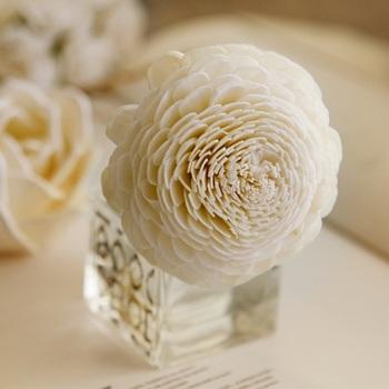 繊細な花びらが美しい花形ポプリが、フレグランスリキッドを吸い上げることで香りが広がるリードディフューザー。お花の原料は、タイ原産の「ソラの木」の皮を薄くむいて乾燥させて作っています。一つ一つ手作りの凝ったデザインはインテリアに華やかさを添えてくれそう。ローズやダリアなど、お花の香りをベースにした4種類のフレグランスリキッドは、どれもやさしくお部屋に広がってくれます。