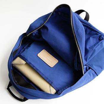 ファスナーを開けると、大きな仕切りポケットがあります。 分けて収納したい書類や本などが入れられるので通勤・通学などの普段使いにもぴったりです。 小ぶりなリュックにはなかなかない、うれしい機能ですね。