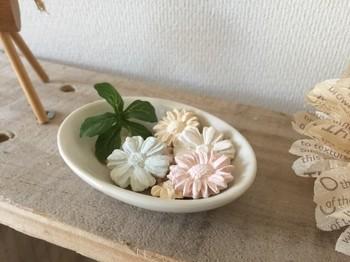 まるでお菓子のようなお花形のアロマストーンは、女子力が高まりそうなキュートなデザインが魅力。エッセンシャルオイルを数滴垂らすだけですぐに香りが楽しめるので、お掃除のあとや来客前などに好きなオイルを使ってみてはいかがでしょうか?