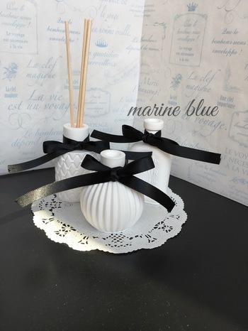 本物の花瓶のようなデザインのアロマストーン。花瓶の口からエッセンシャルオイルを注ぎスティックをさすと、アロマストーンとティックの両方から香りが広がります。陶器のような真っ白なアロマストーンは清潔感があって、おうちのどこに置いてもステキ。